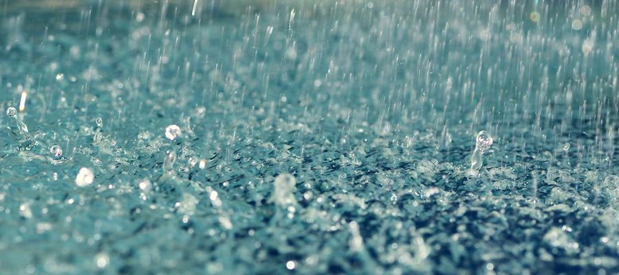 6- بارانی یکی از مهمترین لوازم سفر به مناطق بارانی