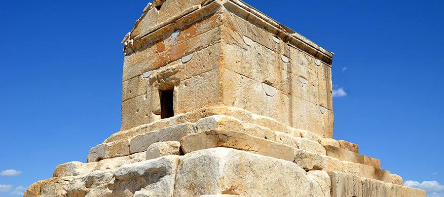 پاسارگاد یا پرسپولیس، یکی از مهمترین جاذبه های باستانی شیراز