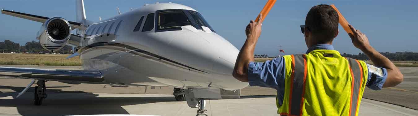 کارشناس پارک هواپیما در حال راهنمایی خلبان هواپیما است