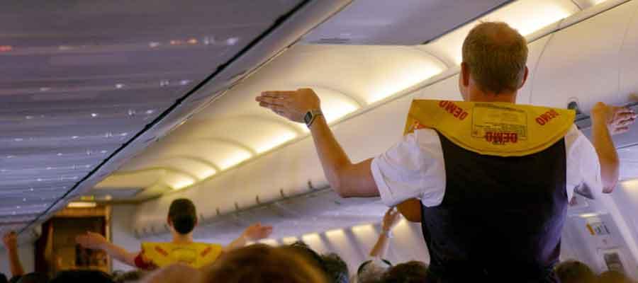 مهماندار هواپیما در حال آموزش دادن دستورالعمل های هواپیمایی است