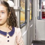 تصویر یک دختر بچه در داخل واگن قطار فدک