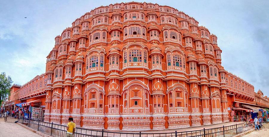 تصویری از کاخ هوا محل، بنایی از ماسه های قرمز در هند