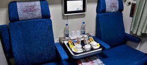 فضای داخلی واگن قطار غزال به همراه غذا و امکات آن