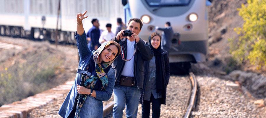 عکس قطار اتوبوسی ماهان به همراه مسافران