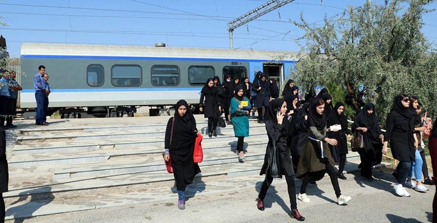 دانشجویان در خال اعزام به قطار