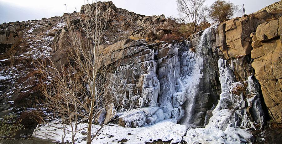 آبشار گنجنامه همدان در زمستان