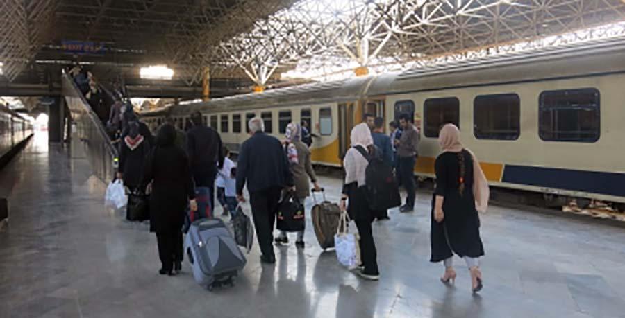 صف مسافران در حال سوار شدن به قطار مهتاب