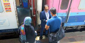 مسافران در حال ورود به قطار 6 تخته مهتاب