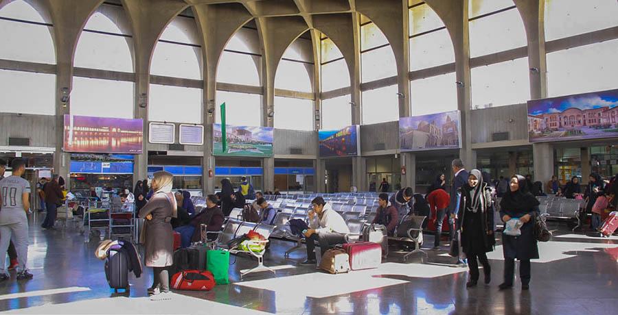 مسافران در شالن انتظار راه آهن اصفهان